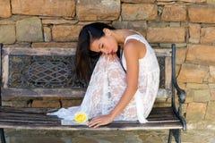 Mulher da leitura na camiseta do laço Imagens de Stock