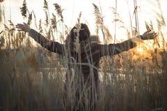 Mulher da liberdade e da felicidade do sorriso no mais forrest é enjoyin Imagens de Stock