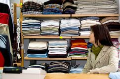 Mulher da loja da roupa imagens de stock