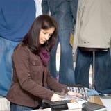 Mulher da loja das calças de brim Fotos de Stock Royalty Free