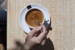 Mulher da mão com xícara de café Fotografia de Stock