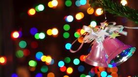 Mulher da mão que decora na árvore de Natal com luzes do fulgor do Natal video estoque