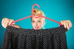 Mulher da menina do Pinup que compra a saia preta Venda fotografia de stock royalty free