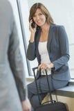 Mulher da mulher de negócios no telemóvel no aeroporto Fotos de Stock Royalty Free