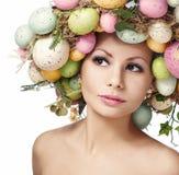 Mulher da Páscoa Modelo com ovos coloridos imagem de stock