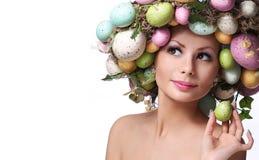 Mulher da Páscoa Retrato do modelo bonito com ovos coloridos fotos de stock royalty free