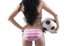 Mulher da parte traseira no biquini que guarda a bola de futebol Imagem de Stock Royalty Free