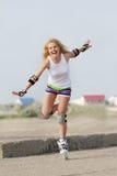 Mulher da patinagem do Rollerblade/rolo Imagens de Stock