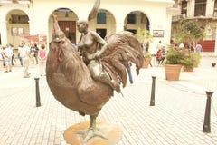 MULHER DA PLAZA DA ARTE DE CUBA NA GALINHA fotografia de stock royalty free