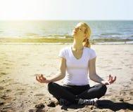 Mulher da praia das férias que Meditating imagem de stock