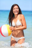 Mulher da praia que joga com a bola que tem o divertimento Foto de Stock Royalty Free