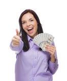 Mulher da raça misturada que guarda as notas de dólar do novo cem Fotografia de Stock Royalty Free