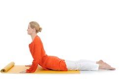 Mulher da série ou da ioga photos.young no pose da cobra Imagem de Stock Royalty Free