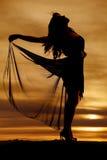 Mulher da silhueta que sustenta a saia de fluxo imagem de stock royalty free