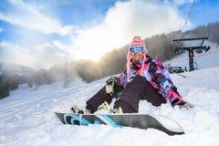 Mulher da snowboarding da luz do sol imagens de stock royalty free