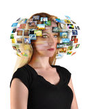 Mulher da tevê da tecnologia com imagens