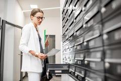 Mulher da virada que verifica a correspondência dentro imagem de stock