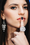Mulher Dark-Haired bonita foto de stock royalty free