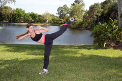 Mulher das artes marciais Fotos de Stock Royalty Free