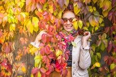 Mulher das pessoas de 55 anos no parque do outono com folhas coloridas Imagens de Stock