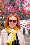 Mulher das pessoas de 55 anos no parque do outono com folhas coloridas Fotografia de Stock Royalty Free