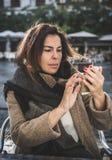 Mulher das pessoas de 40 anos que toma o selfie Foto de Stock