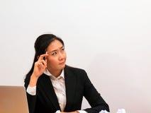 Mulher de Ásia que pensa sobre seu trabalho foto de stock royalty free
