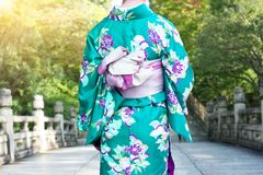 Mulher de Ásia que veste o quimono japonês tradicional que anda na ponte imagens de stock