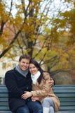 Mulher de abraço do homem no parque Imagem de Stock