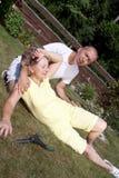 Mulher de ajuda do homem com insolação Imagens de Stock Royalty Free
