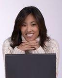 Mulher de Asina no computador imagem de stock royalty free
