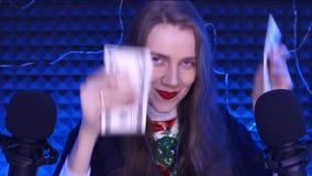 A mulher de Asmr sorri os bordos vermelhos filme