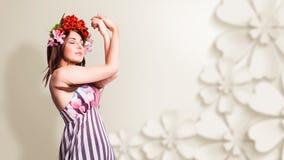 Mulher de Bautiful com a decoração do cabelo da tulipa Fotos de Stock Royalty Free
