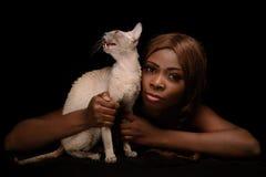 Mulher de Beauniful e seu gato imagens de stock royalty free