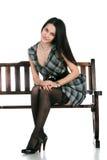 Mulher de Beautifu no banco no branco Fotografia de Stock