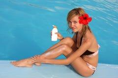 Mulher de Beautyful que aplica a protecção solar Foto de Stock