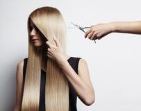 A mulher de Blondy tem um corte de cabelo fotografia de stock royalty free