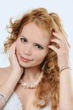 A mulher de Blondy toca em seus face e cabelo Fotos de Stock