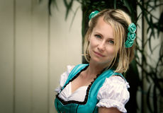 Mulher de Blone vestida no Dirndl imagens de stock