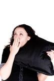 Mulher de bocejo bonita que prende um descanso imagem de stock
