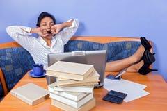 Mulher de bocejo com computador imagens de stock royalty free