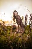Mulher de Boho no campo imagens de stock