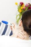 Mulher de Bruentte com teste de gravidez Imagem de Stock