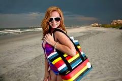 Mulher de cabelo consideravelmente vermelha dos jovens que joga em uma praia Imagens de Stock