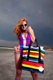 Mulher de cabelo consideravelmente vermelha dos jovens que joga em uma praia Foto de Stock Royalty Free