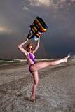 Mulher de cabelo consideravelmente vermelha dos jovens que joga em uma praia Fotografia de Stock Royalty Free