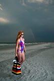 Mulher de cabelo consideravelmente vermelha dos jovens que joga em uma praia Imagem de Stock