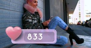 Mulher de cabelo cor-de-rosa de sorriso 4k video estoque