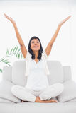 Mulher de cabelo preta alegre na roupa branca que aumenta seus braços Fotografia de Stock