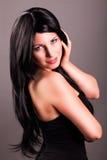 Mulher de cabelo preta de sorriso atrativa Fotos de Stock Royalty Free